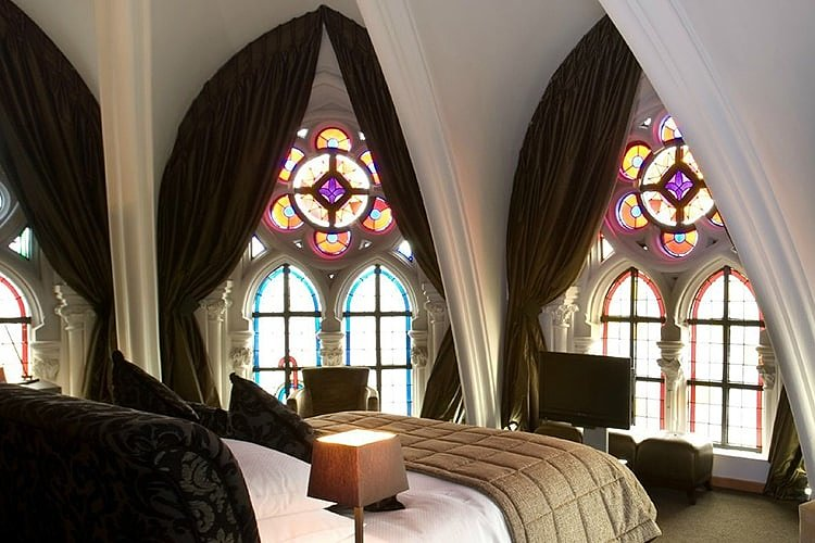 Готический интерьер спальни